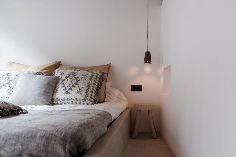 Slaapkamer met kingsize bed en 2 enkel bedden Vakantiehuis Antwerpen Lange Riddersstraat 77 | te huur bij ZaligInAntwerpen.be