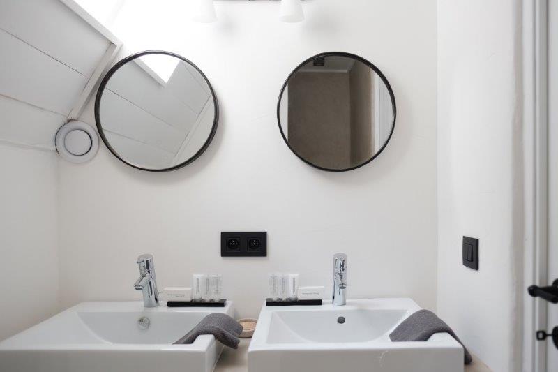 Bathroom of Boutique Holiday Rentals Antwerp Belgium Lange Riddersstraat 77 | ZaligInAntwerpen.be